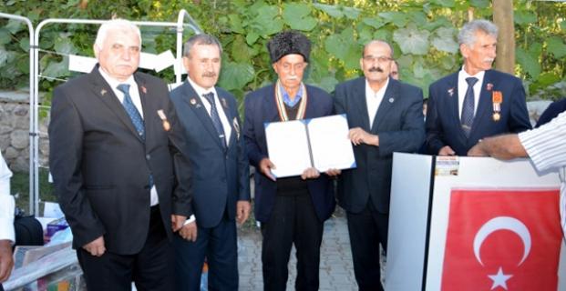 Kore Gazisine madalya takıldı