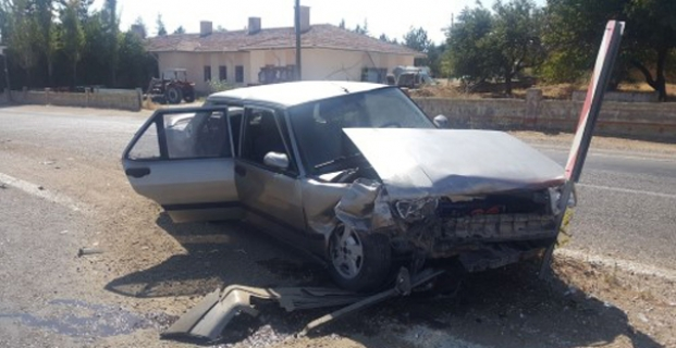 Otomobil tabelaya çarptı: 1 yaralı