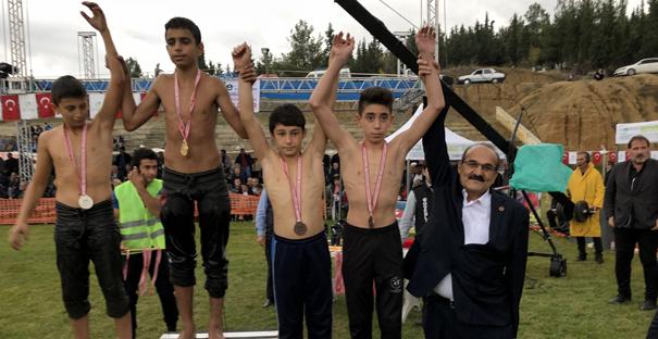 Başkan Şen, Boyabat Panayırı yağlı güreşlerini izledi