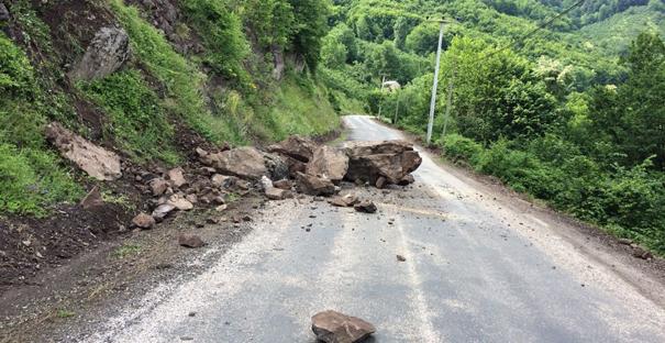 Yola düşen kaya parçası, kazaya neden oldu: 7 yaralı