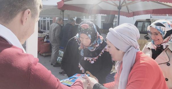 Seval Demir pazarda vatandaşlarla buluştu
