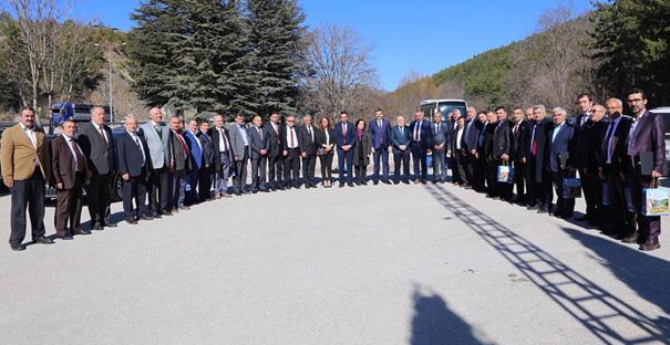 Vali Kılıç'tan meclis üyelerine plaket