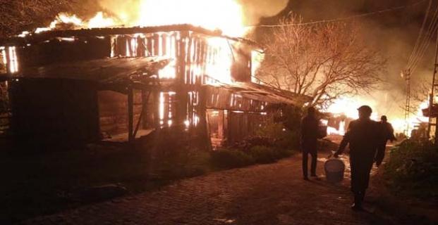 8 ev yanarak kül oldu