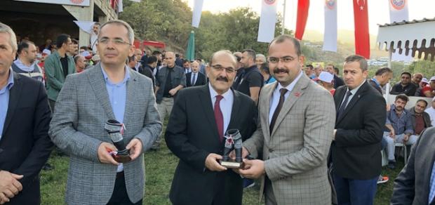 Kaymakam Taş ve Başkan Şen'e Katılım Plaketi