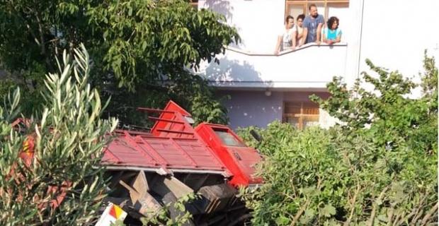 Freni patlayan kamyon evin bahçesine girdi