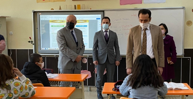 Kaymakam Uyar, okulları ziyaret etti