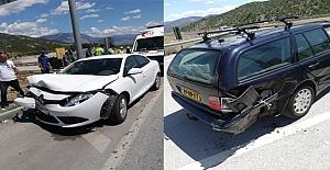 İki otomobil kavşakta çarpıştı: 9 yaralı