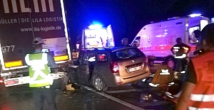 Otomobil tıra arkadan çarptı: 3 yaralı
