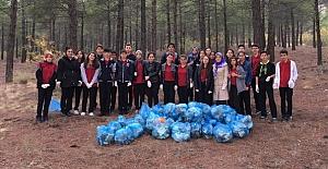Öğrenciler ormanlık alanda çevre temizliği yaptı