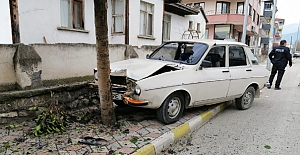 bOtomobil ağaca çarptı: 2 yaralı/b