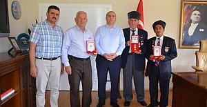 bKargılı Kıbrıs Gazilerine madalya/b