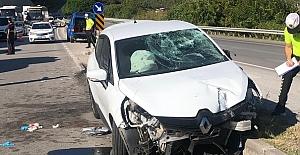 bOtomobil refüje çarptı: 3 yaralı/b
