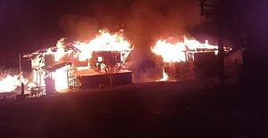 bSaraçlar Köyünde 2 ev yandı/b