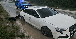 Kontrolden çıkan araç bariyerlere çarptı