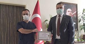 Suriye'de görev yapan doktora başarı belgesi