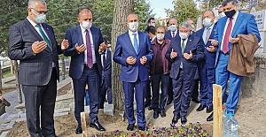 Merhum Arif Ersoy'un kabri başında dua etti